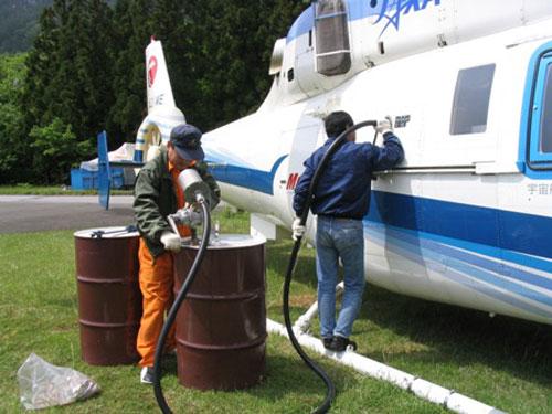 手動での燃料補給(初めて見ました)。