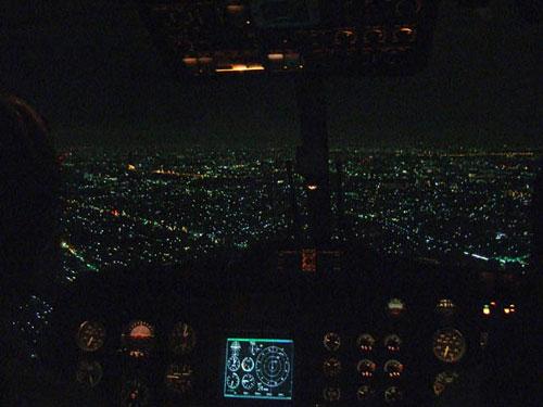 夜間飛行の様子、計器板の中央にある実験用ディスプレイに目標経路等の情報を表示して飛行しました。