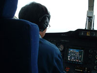 ホバリングディスプレイを見つめるパイロット。集中力が高まります。
